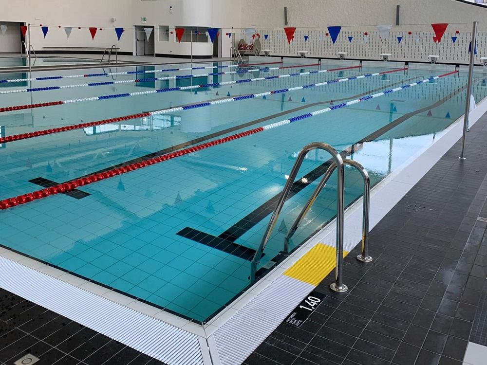 Echelle et fanions piscine