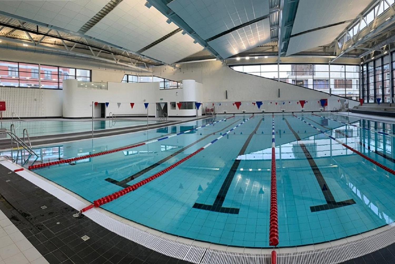 equipementier sportif piscine publique équipée avec du matériel sport