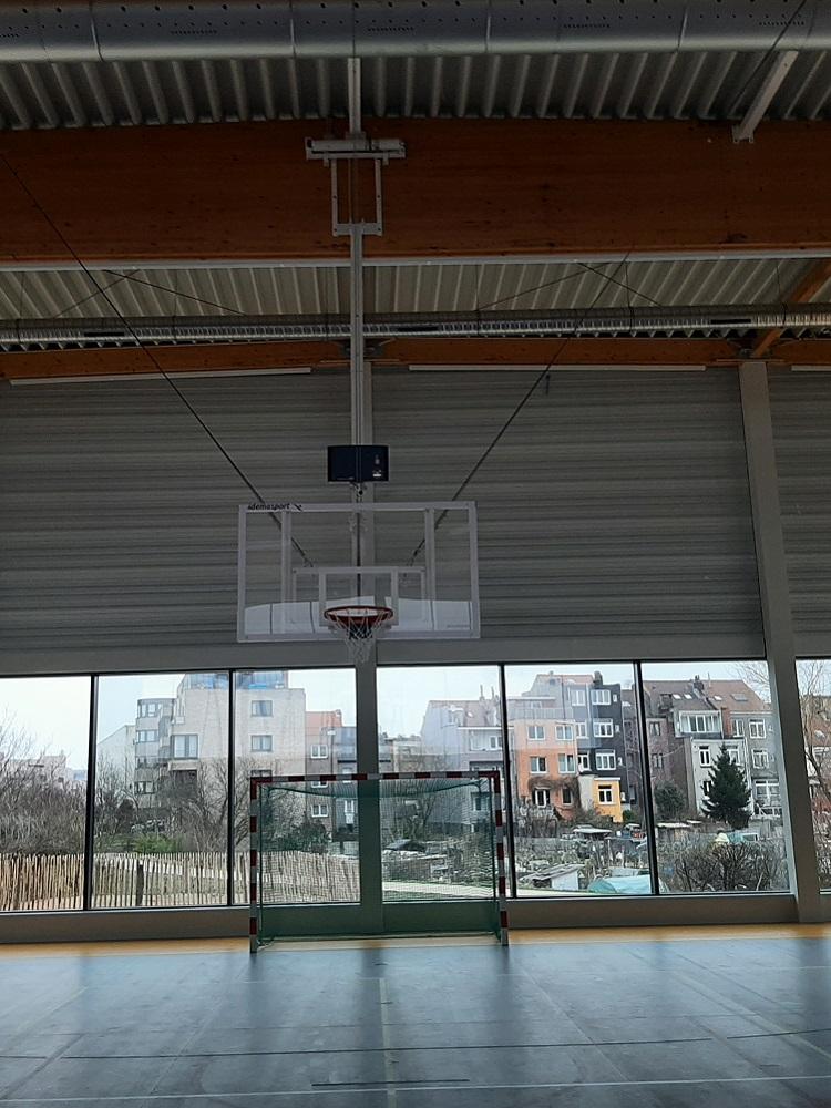 Panier de basket-ball et but de handball dans cette école de Forest
