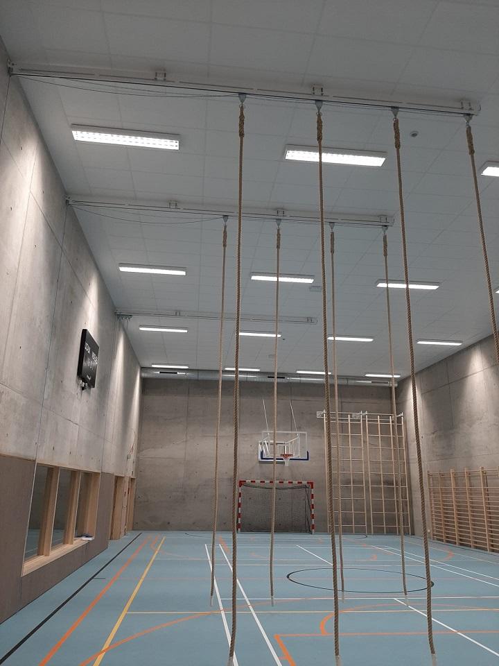 Cordes suspendues au plafond sur rails pour la gymnastique
