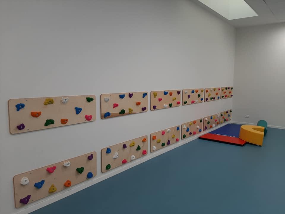 Mur d'escalade dans la salle de psychomotricité de l'école