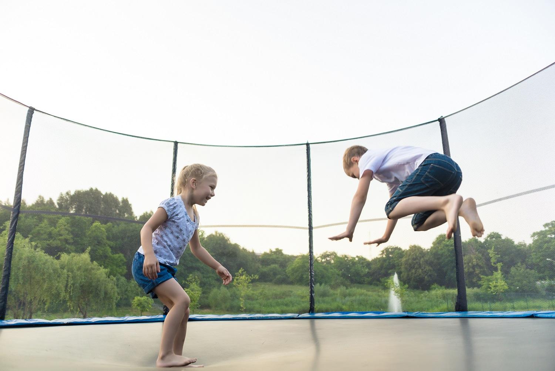 Enfants qui sautent sur un trampoline fourni par Idemaplay