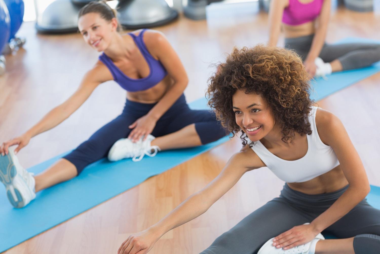 equipementier sportif cours de sport et exercices de fitness sur tapis femme