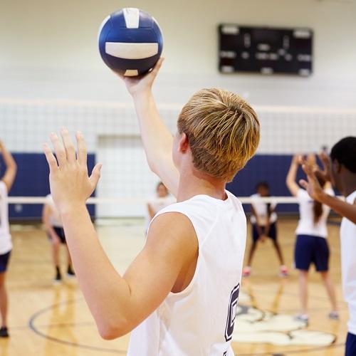 adolescents qui jouent au volley-ball