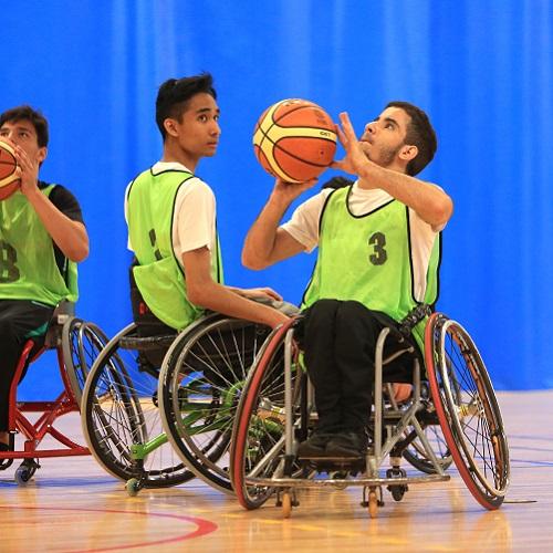 adolescents qui pratiquent du basket-ball adapté grâce au matériel sportif adapté et handisport d'Idema